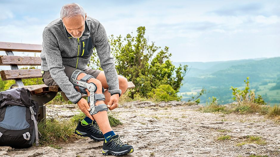 Man is hiking with orthosis m4s OA comfort
